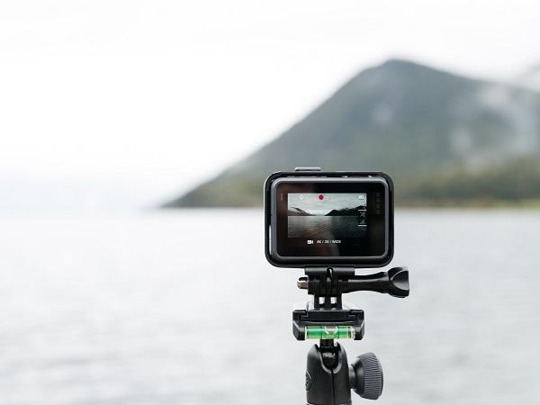 Una piccola videocamera, magari waterproof, è perfetta per augurare buon Natale a un viaggiatore.