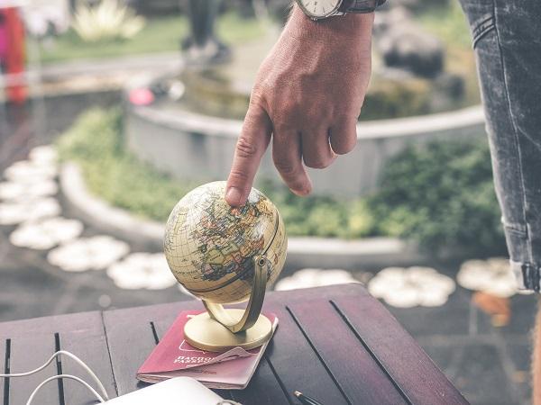 A Margherita piace l'idea di avere il mondo come compagno di viaggio, ma lei se lo porterebbe appeso a un portachiavi oppure proverebbe a rintracciare un globo tascabile in un negozio di antiquariato.
