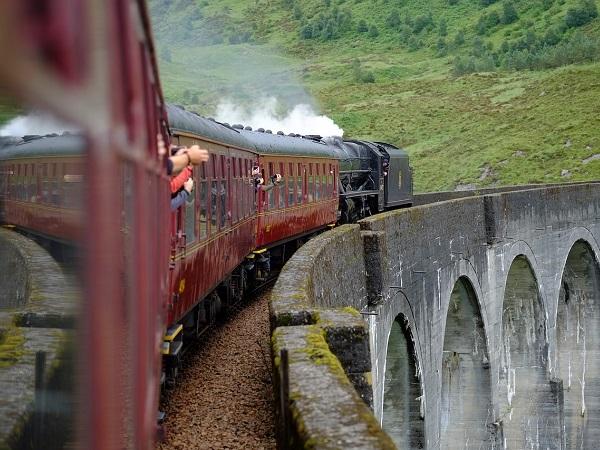 Con il cineturismo puoi prendere il treno che gli studenti usano per raggiungere la scuola di magia al castello di Hogwarts, partendo dal famoso binario 9¾.