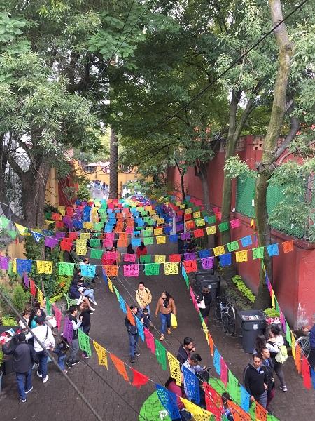 Non perdete l'occasione di immergervi nel pittoresco quartiere di Coyoacán, soprattutto nei weekend, quando si anima più che mai.