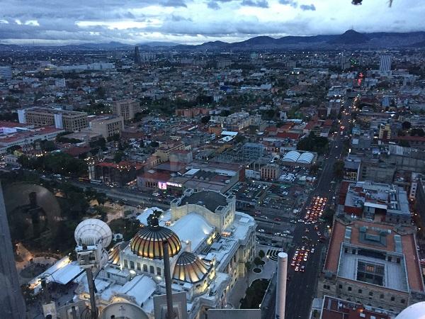 Dall'alto della Torre Latinoamericana vi accorgerete di non riuscirete a intravedere i confini della megalopoli.