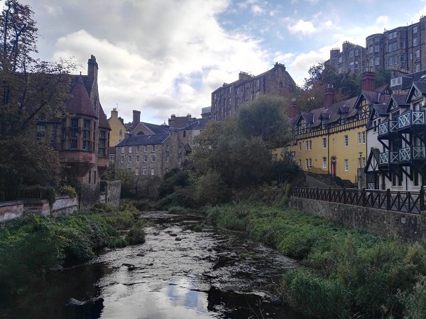 Il Dean Village, un grazioso borgo immerso nel verde e affacciato sul fiume Leith.