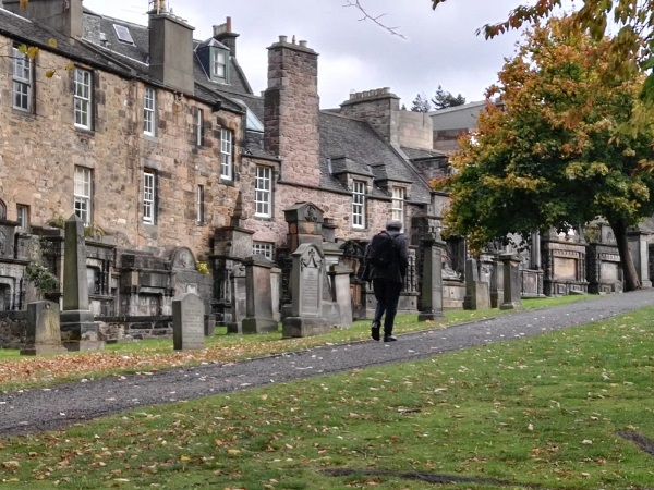 Camminare per qualche ora per Edimburgo e non sentire il tempo che passa, trascinare dal fascino misterioso della città.