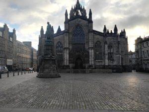 Edimburgo, città musicale e gotica, merita anche solo una sosta durante un viaggio verso destinazioni più lontane.