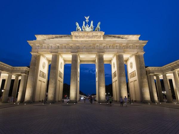 Sara crede che una foto davanti alla Porta di Brandeburgo sia d'obbligo.