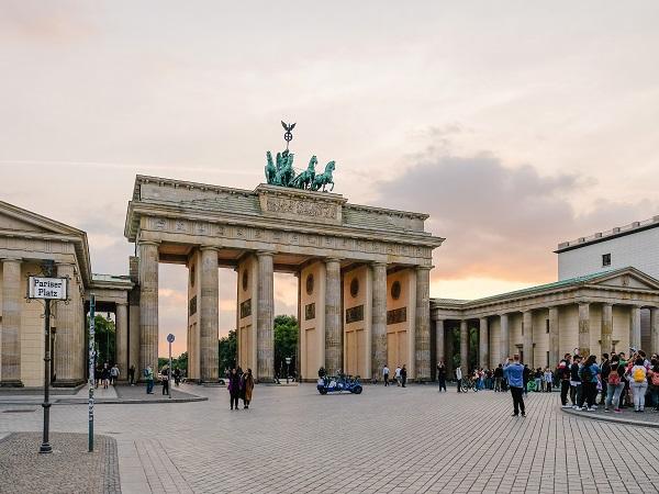 A Berlino una foto davanti alla Porta di Brandeburgo è d'obbligo, come una capatina ad Alexanderplatz e al Memoriale delle vittime dell'Olocausto.