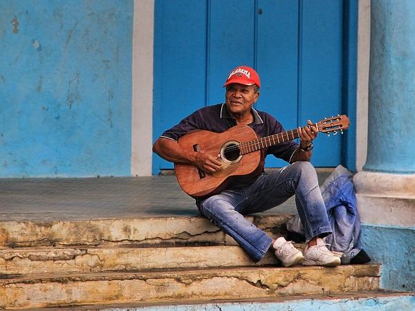 Lucia si ripromette di portare a termine il suo terzo viaggio a Cuba, l'isola dove ha sempre ritrovato se stessa, tra i luoghi e tra la gente.