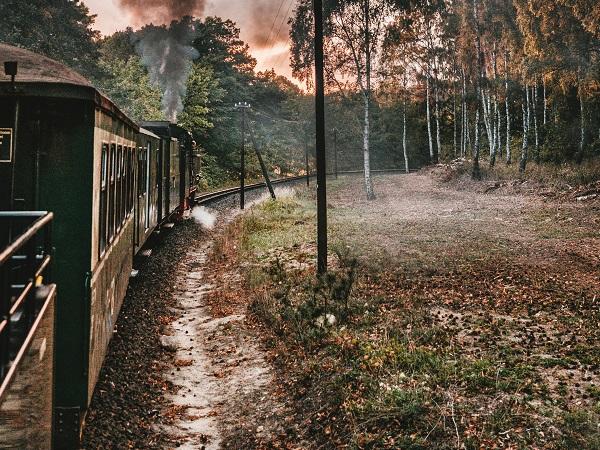 C'è chi si immagina su un treno a vapore, seduto in un vecchio scompartimento in legno, mentre ascolta la vita degli altri e racconta la sua.