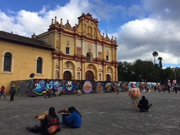 A San Cristobal ci sono i mercati dove le donne vendono orecchini, borsette, sciarpe e tovaglie, tutte rigorosamente ricamate a mano.