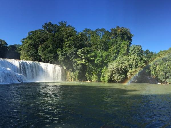 Chiapas vuol dire esplorare territori verdissimi e incontaminati come le cascate di Agua Azul.