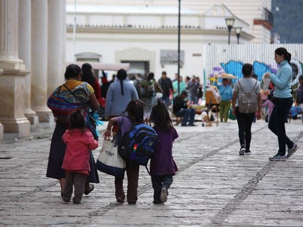 Solo l'1% della popolazione del Chiapas è alfabetizzata e i bambini crescono lungo le strade vendendo banane essiccate, anziché dietro i banchi di scuola.