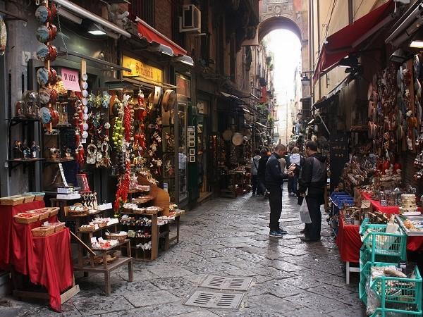 I quartieri spagnoli, un'area enorme compresa tra piazza del Plebiscito e via Montecalvario, costituiscono una delle anime di Napoli assolutamente da scoprire.