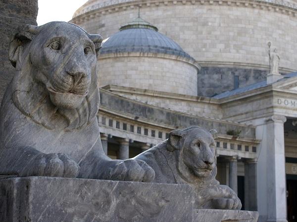 Napoli, piazza Plebiscito: svettano la Basilica Reale San Francesco di Paola e il Palazzo Reale.