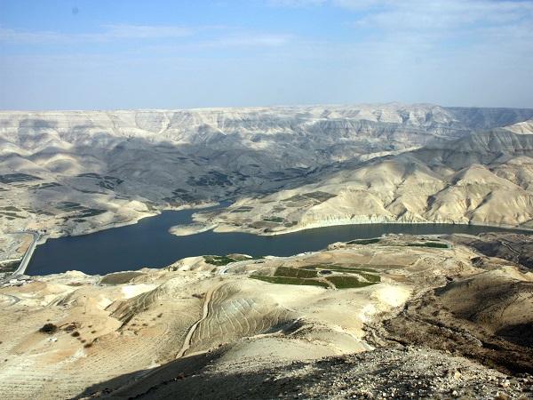 Il Wadi Mujib è un paesaggio che lascia senza fiato: ondulato, giallo, brullo, con il profondo canyon.