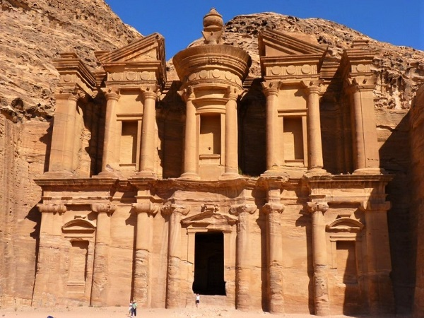 A Petra, per raggiungere il Monastero bisogna salire (e poi scendere!) 800 scalini irregolari scavati nella roccia.
