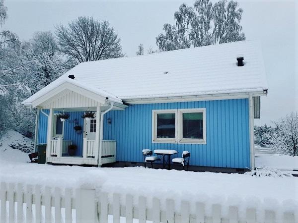 Le casette colorate piene di neve che si incontrano qua e là nei pressi del lago Langsjon fanno pensare a Narnia.