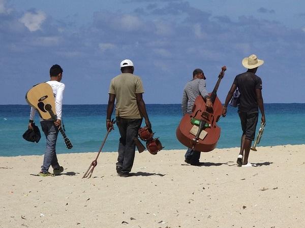 Il sud è la Cuba più vera: le piazze di Holguin, le bellissime spiagge di Guardalavaca, la smagliante Playa Esmeraldae il safari a Cayo Saetìa.