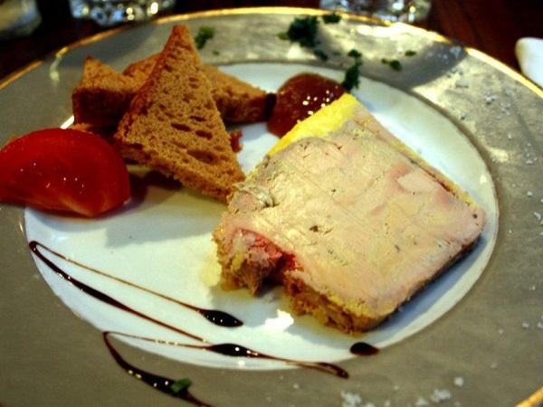 Per gli amanti del paté, la Francia offre infinite varianti, a partire dal classico foie gras di anatra o di oca, in genere servito con crostini e composte di frutta.