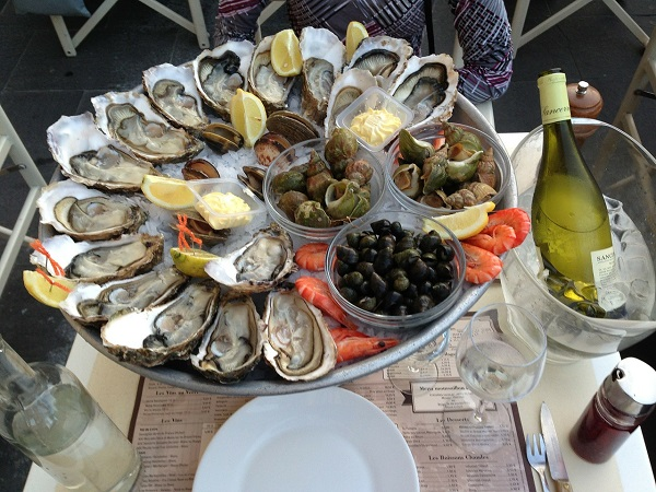 Ma il cibo più raffinato si trova sulla costa atlantica, dove è possibile mangiare ottime ostriche (huîtres), granchi e frutti di mare.
