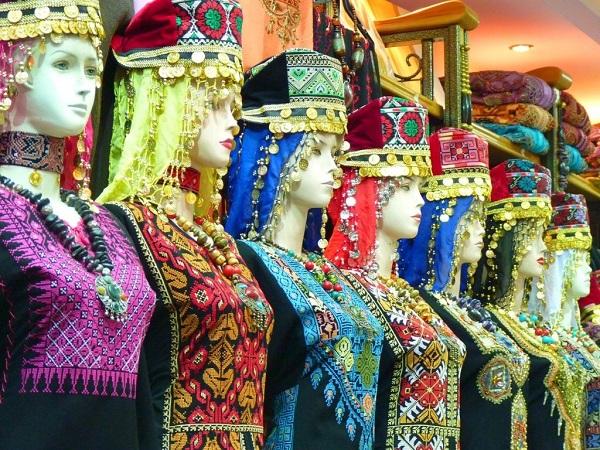 Imperdibile un giro nel souq, dove colpiscono la varietà di frutti e ortaggi, i profumi delle spezie e i colori degli abiti tradizionali esposti tutti allineati.