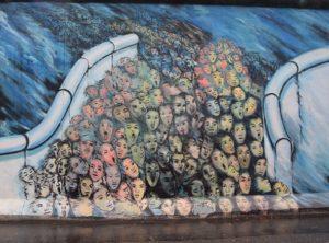 Al museo all'aperto che è la East- Side Gallery di Berlino, chiunque si appoggia al Muro per uno scatto davanti al bacio di Brezhnev e Honecker.