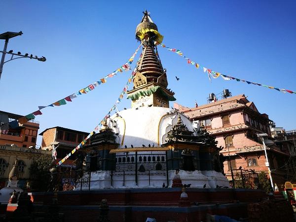Kathmandu è una città che lascia spiazzati. Te ne accorgi quando, dal caos di Thamel, approdi alla prima piazzetta che nasconde un tempio.