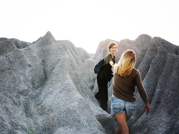Viaggiare da soli è la vera scoperta oppure la guida è utile o persino necessaria? Ecco 4 aspetti più 1 da valutare per risolvere il dilemma del viaggio con guida o senza guida.