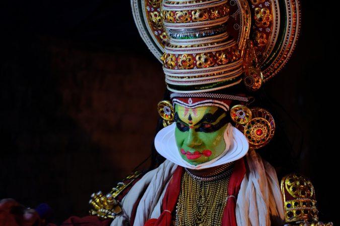 Il Kerala ha alcune tradizioni caratteristiche. come il kathakali, una forma di teatro-danza.