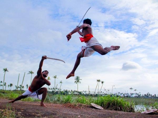 Il kalaripayattu, un'arte marziale nata nel Kerala. Assistere a uno spettacolo è un'esperienza singolare, molto autentica, perché tra il pubblico sarai l'unico straniero.