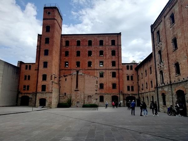 La risiera di S. Sabba è inserita nel contesto urbano di Trieste e non consente né richiede un avvicinamento lento.