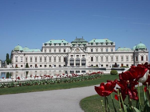 Imperdibile il Castello del Belvedere, capolavoro di architettura barocca circondato da magnifici giardini e fontane.