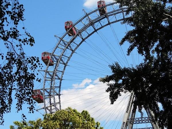 Per rompere il ghiaccio con una capitale in cui si è appena arrivati, quale modo migliore se non andare subito al Prater? Il parco dei divertimenti è famoso per la storica ruota panoramica.