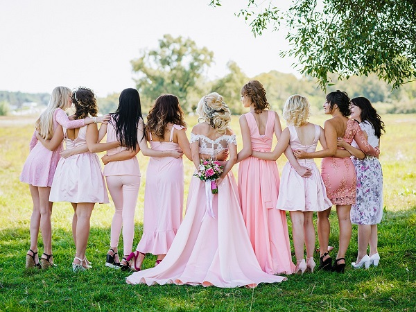 Mentre gli sposi stanno organizzando il loro matrimonio nei minimi particolari, gli amici organizzano gli addii al celibato e al nubilato.