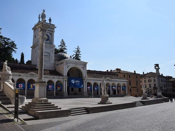 Camminare per il centro di Udine è come giocare a unire i puntini che sono le piazze: per quante deviazioni tu possa improvvisare non riuscirai mai a evitarle.