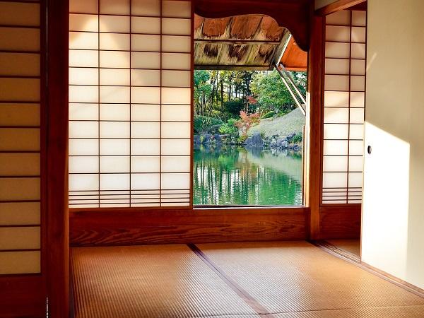 Dormire in un ryocan, l'abitazione tradizionale giapponese, indossando ciabattine in legno e chimono e consumando i pasti seduti per terra, è un'esperienza che sa di un passato lontano.