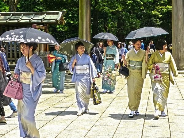 In Giappone esternare le proprie emozioni viene vissuto come un'invadenza, quasi si obbligasse chi sta di fronte a farsene carico.