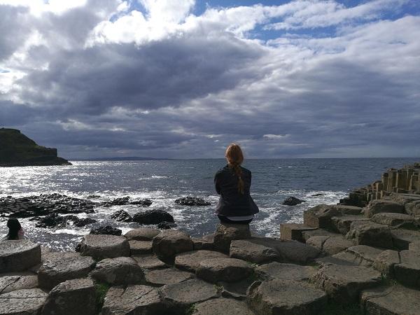 Seguendo il versante occidentale d'Irlanda arriviamo al Selciato del gigante. Ma oddio quanta gente! Camminiamo e camminiamo fino a che le persone non sono poche abbastanza da non nascondere fette di oceano.