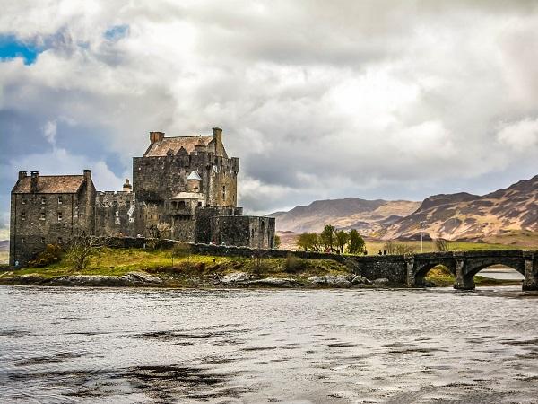 Il castello più scenografico della Scozia è senza dubbio Eilean Donan, a cui si accede unicamente attraverso uno stretto ponte di pietra.