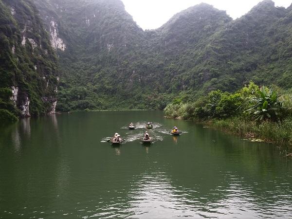 Da Hanoi ci spostiamo ad Ha Long per imbarcarci per una crociera in giunca. Abbiamo pranzato a bordo, fatto un'escursione in canoa, partecipato a un corso di cucina, fatto il bagno in mare circondati dai pesci e avvistato una medusa di una grandezza incredibile.