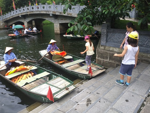 Da Hanoi salpiamo in sampan (la tipica imbarcazione piatta e in legno) sul Fiume Rosso per visitare le grotte di Trang An.