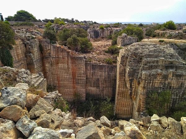 Percorrere Favignana in bicicletta regala ogni giorno una scoperta: calette nascoste, grotte, cave di tufo, meravigliosi cactus e buonissimi fichi d'india.