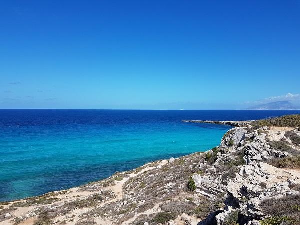 Tra i luoghi di Favignana che consiglio di visitare c'è sicuramente Cala Rossa: non limitatevi a fare il bagno, perché Cala Rossa offre un piccolo percorso a picco sul mare.