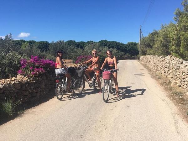Fatta eccezione per il monte Santa Caterina, Favignana è pianeggiante e, quindi, si può visitare tutta in bicicletta.