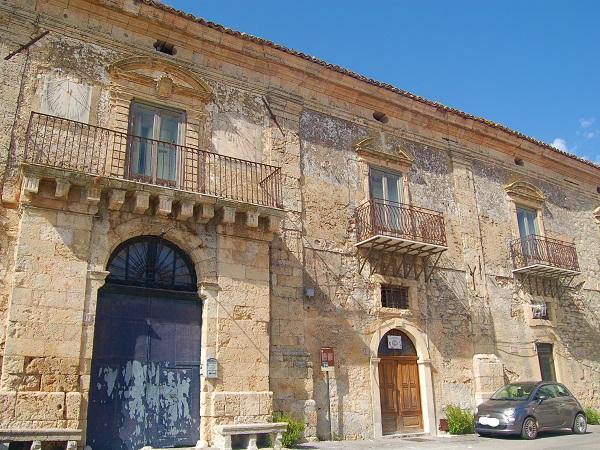 Il territorio del Parco delle Madonie comprende quindici Comuni, ciascuno con un suo festival, castello o santuario, insomma un evento o un luogo che meriterebbe una visita.