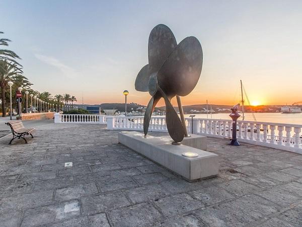 Mahón, la capitale piazzata nel sud dove attraccano yacht e grandi barche, e Ciutadella, all'estremità opposta, con il suo centro storico, i ristoranti e i piccoli negozi, sono i luoghi più caotici di Minorca...