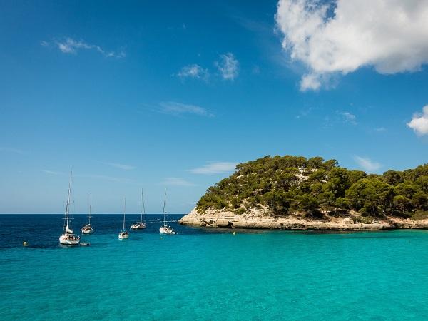 Minorca è fatta di spiagge di sabbia bianca, protette alle spalle dalle pinete, per godersi il relax in immersione nella natura