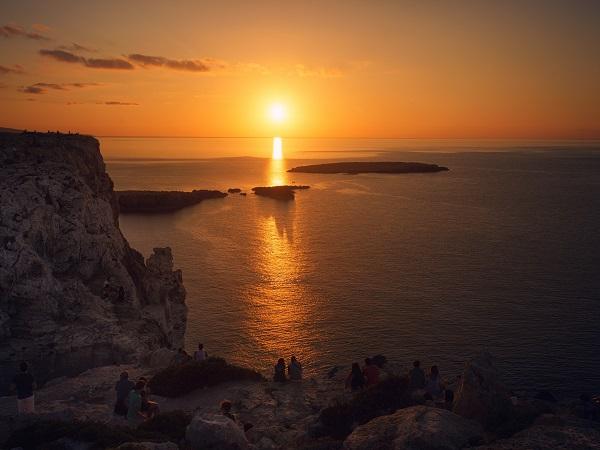 Tra una paella, un sorso di birra e una pomada, l'alcolico a base di gin tipico di Minorca, in dieci giorni è facile accumulare un migliaio di chilometri e scoprire tutta l'isola.