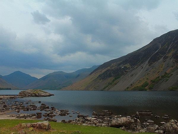 Il Lake District è esattamente come lo si immagina, almeno nella parte meridionale. Una costellazione di laghi incorniciata da infinite sfumature di verde che danno vita ad uno scenario estremamente rigoglioso e pacifico.