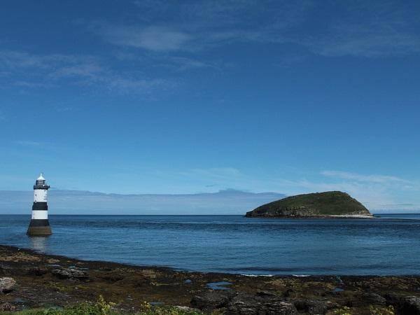 Il Penmon Lighthouse, immerso nel blu, scandisce rintocchi ogni 30 secondi per segnalare la sua presenza.