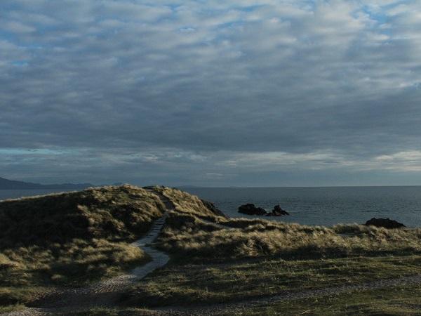 Sulla penisola di Ynis Llanddwyn un cielo premuroso spazza via le nubi regalandoci una luce dorata, obliqua, intima ed essenzialmente nordica.